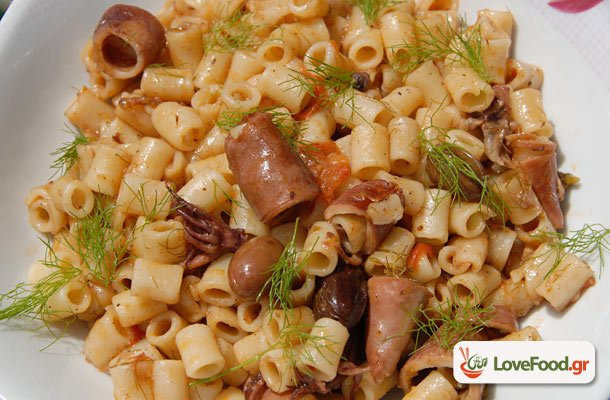Μακαρονάκι με καλαμαράκια κον(σέρβα)