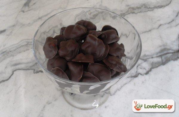 Εύκολα σοκολατάκια με ξηρούς καρπούς και φρούτα