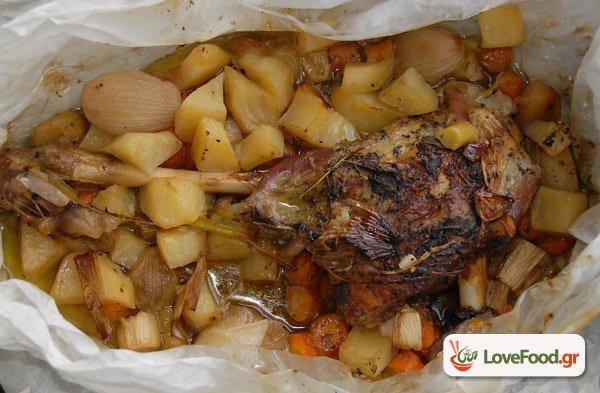 Αρνάκι με μαρινάρα γιαούρτιου & λαχανικά  στην λαδόκολλα