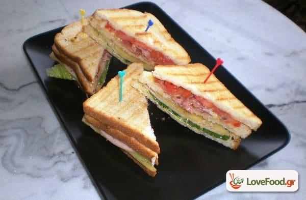 Σπιτικό κλαμπ σάντουιτς (club sandwich). Και ο εργένης έχει ψυχή