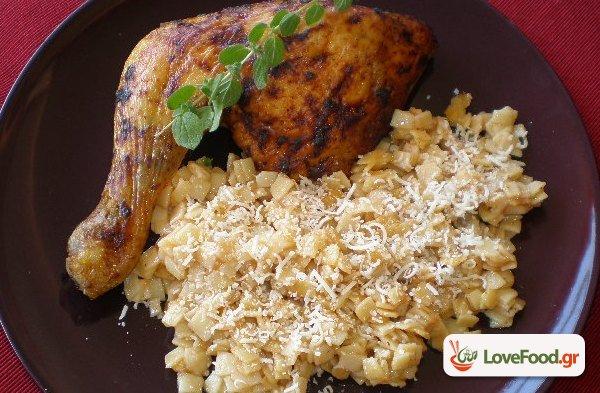 Κοτόπουλο με χυλοπίτες. Η κότα έφαγε χυλόπιτα