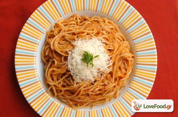 Σπαγγέτι με πέστο ψητής ντομάτας, εύκολο & γευστικότατο.