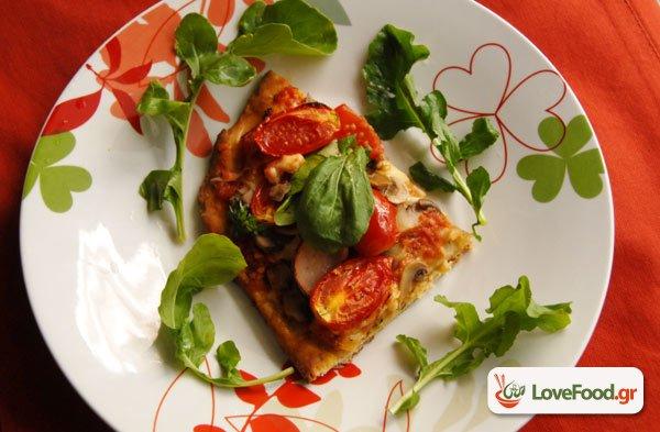 Πίτσα με ντοματίνια ρόκα και μοτσαρέλα