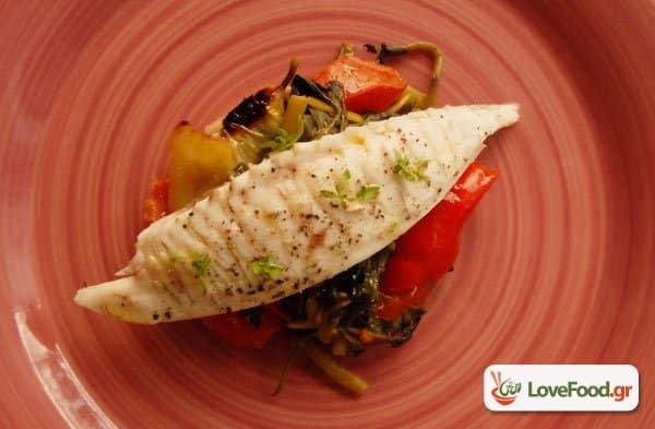 Ψάρι στην λαδόκολλα με καλοκαιρινά λαχανικά, μύρισε Μεσόγειος.