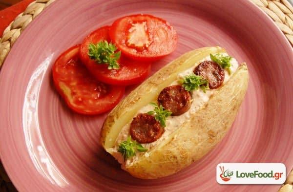 Ψήτες πατάτες με σάλτσα ανθότυρου & λουκάνικο, τζάκετ ποτέιτοο ντάρλινγκ