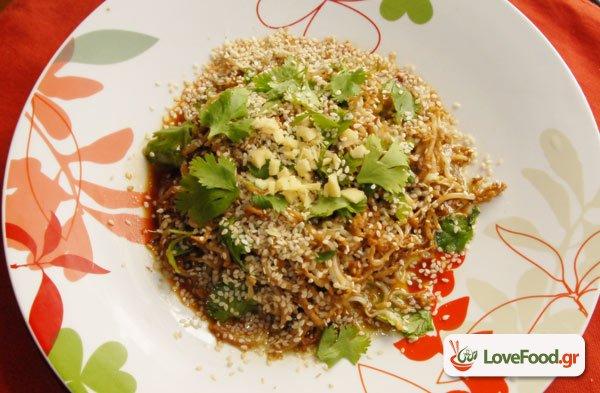 Ζεστή σαλάτα με φύτρες φασολιού από Κορέα μεριά.