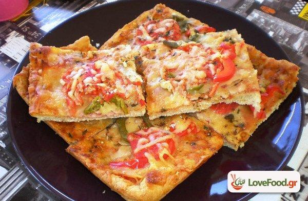 Πίτσα αλά Ελληνικά, αφράτη και χορταστική.