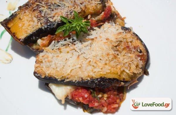 Μελιτζάνες με παρμεζάνα στον φούρνο (melanzane alla parmigiano).