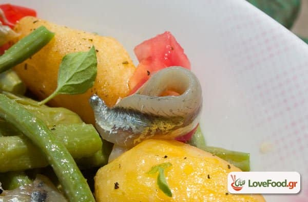 Σαλάτα με λουβιά & σαρδέλες παστές, φασολάκια & ψαράκια.