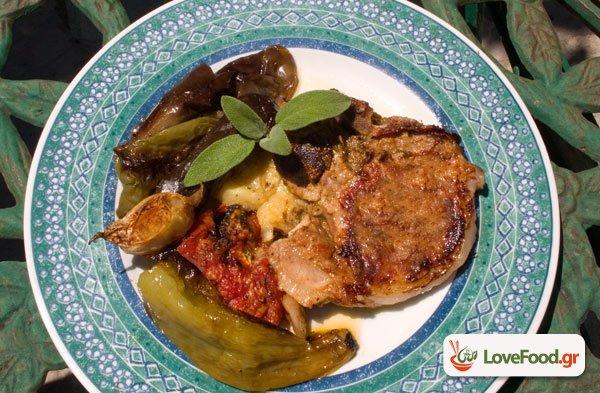 Χοιρινές μπριζόλες στον φούρνο με καλοκαιρινά λαχανικά.
