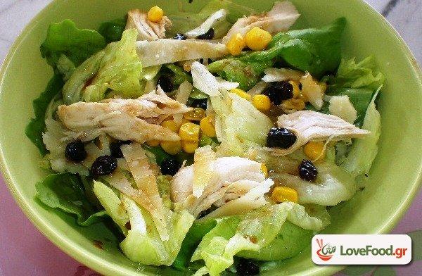 Πολύχρωμη σαλάτα με μαρούλι και κοτόπουλο